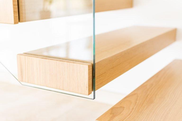 Schody półkowe ze szklaną balustradą
