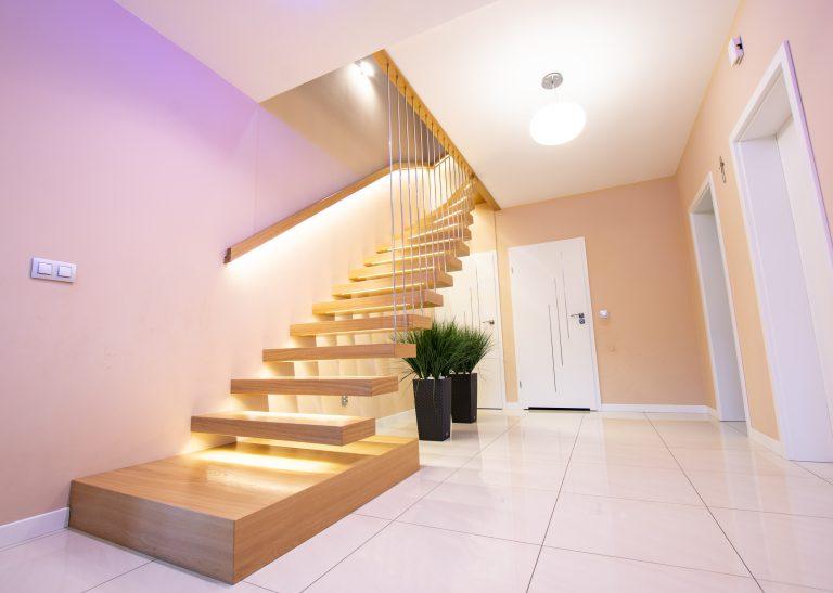 Schody półkowe podświetlane LED